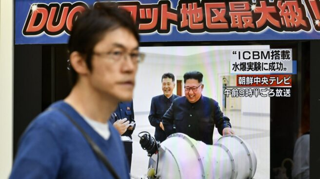 El líder de Corea del Norte, Kim Jong-Un, posa con una supuesta bomba de hidrógeno para la televisión oficial del país.