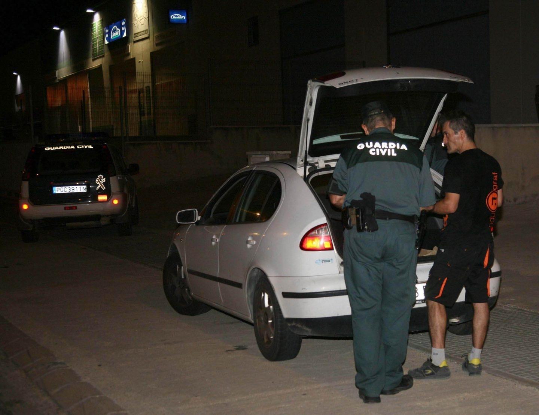 Miembros de la Guardia Civil registran un vehículo en una imprenta de Constantí.
