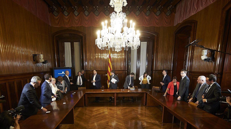Vista general de la mesa durante la firma de la convocatoria de referéndum.
