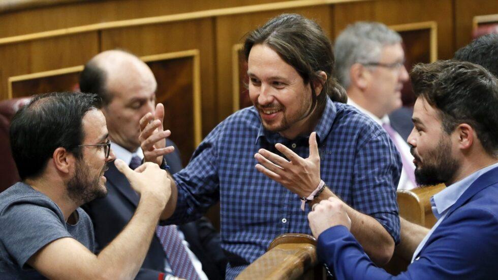 Pablo Iglesias, líder de Podemos, junto a Gabriel Rufián, de ERC, este martes en el Congreso de los Diputados.