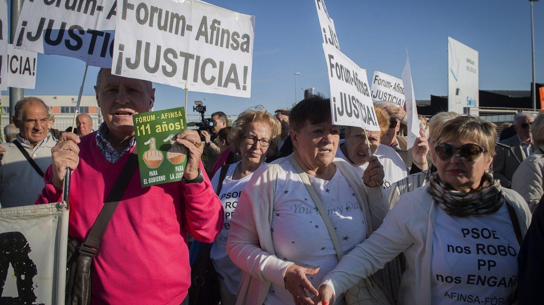 Un centenar de afectados por la presunta estafa de Fórum Filatélico, concentrados en la Audiencia Nacional antes del comienzo del juicio.