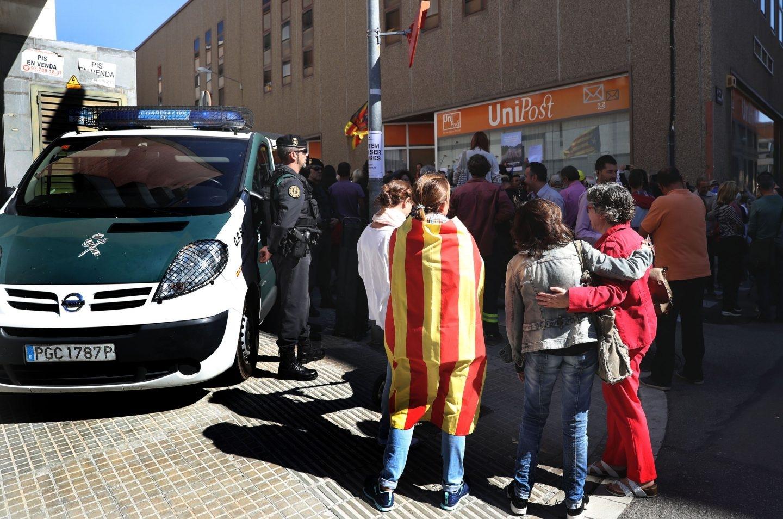 Numerosas personas permanecen ante la oficina de la empresa de mensajería Unipost en Terrassa (Barcelona), durante el registro que agentes de la Guardia Civil están efectuando en dicho local, donde se han incautado de abundante documentación relacionada con el censo del referéndum del 1-O.