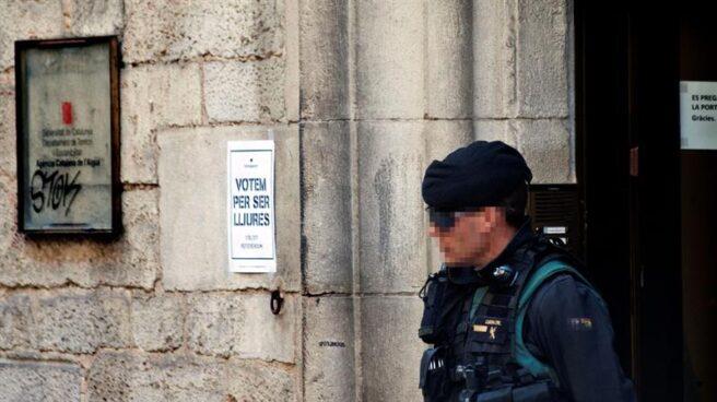 Un guardia civil, este martes a las puertas de la sede de la empresa Aguas de Girona.