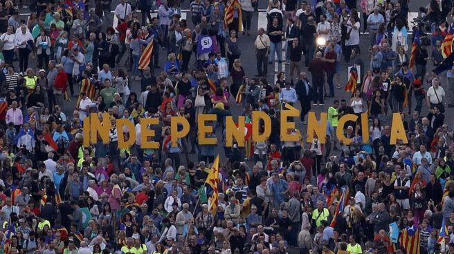 Manifestantes forman la palabra 'independencia' en un acto de campaña por el referéndum de Cataluña.