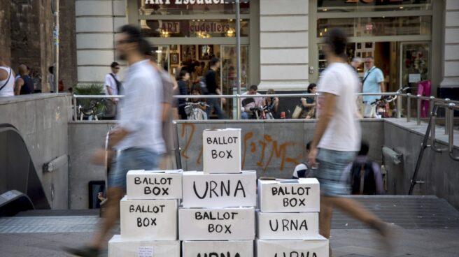 una instalación con urnas, en referencia al referendum del 1-O, en una calle del centro de Barcelona.