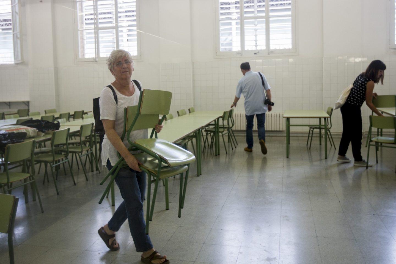 La consellera de Educación, Clara Ponsatí, visita escuelas ocupadas por padres para que puedan ser utilizados como centros de votación para el referéndum del 1-O.