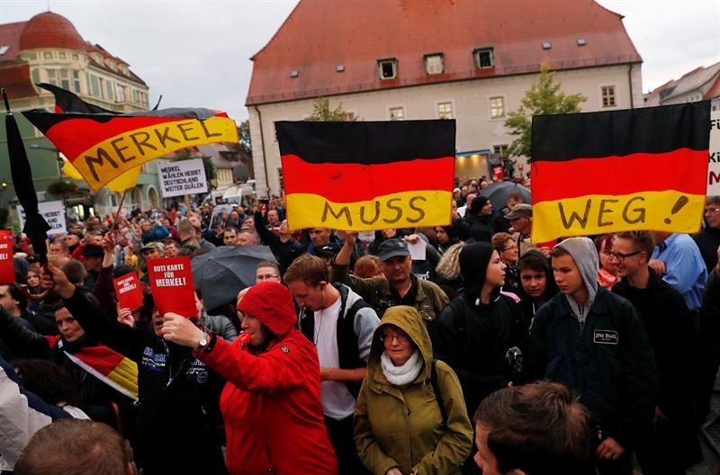 Los seguidores de la ultraderecha intentan boicotear un mitin de la canciller Merkel en Finsterwalde.