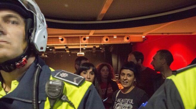 Referéndum 1-O: Anna Gabriel, rodeada por la Policía en Vitoria.