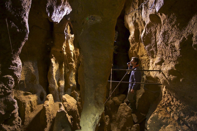 Antonio Rosas, en la cueva de El Sidrón.