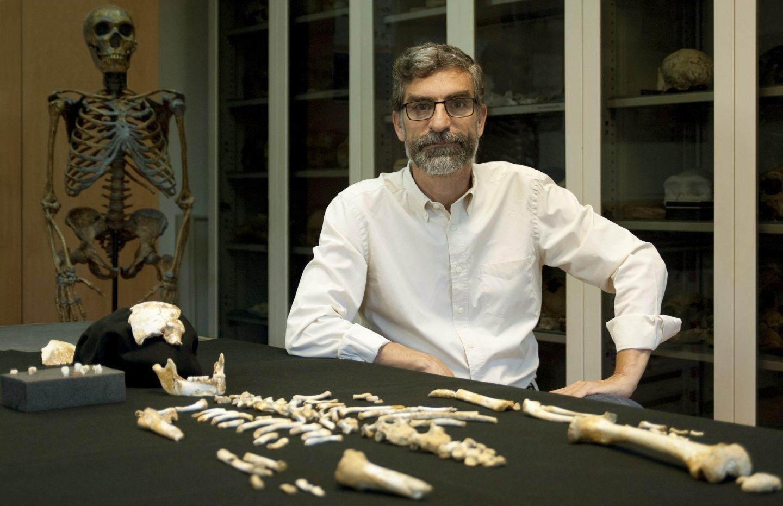 El investigador Antonio Rosas, junto al esqueleto del niño neandertal.