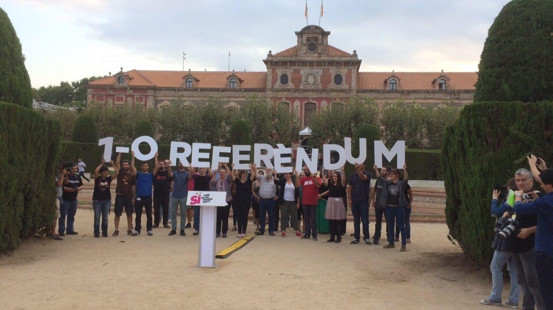 Referéndum 1-O: miembros la CUP se manifestan a las puertas del Parlament.