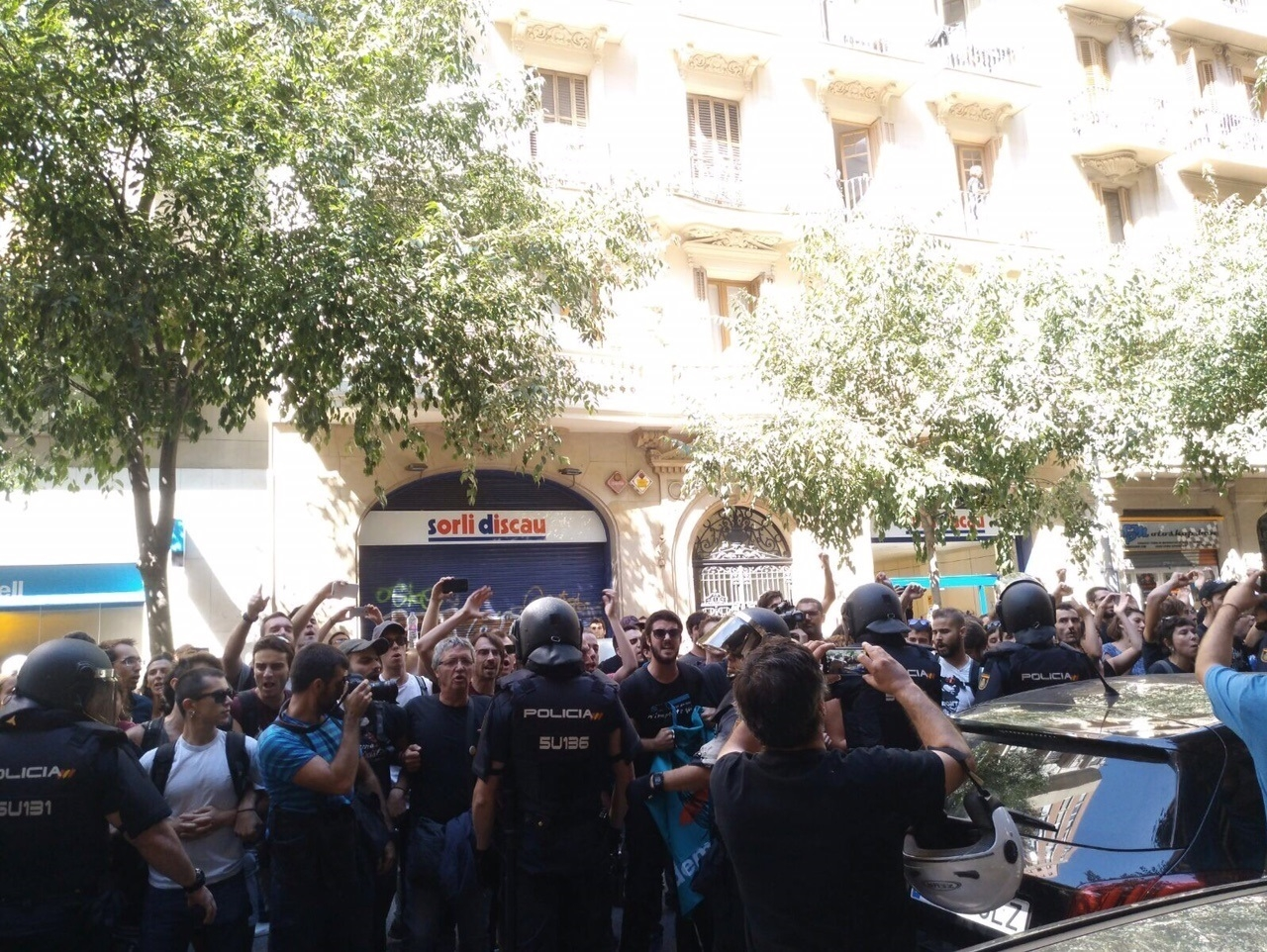 La Policía, ante la sede de la CUP en Barcelona.