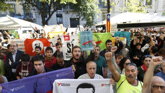 Referéndum 1-O: concentración ante la conselleria de Economía de la Generalitat.