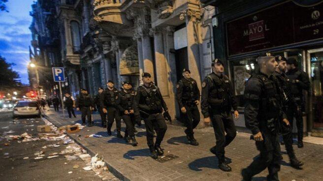 Agentes de la Guardia Civil abandonando la pasada semana la Consejería de Economía de la Generalitar tras su registro.