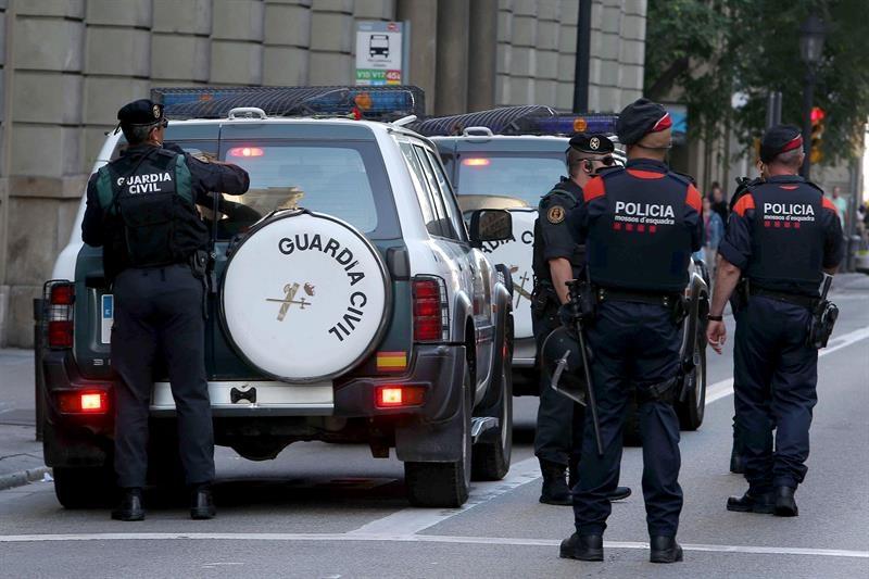 Guardias civiles y Mossos d'Esquadra, duante un operativo en Barcelona relacionado con el 1-O.