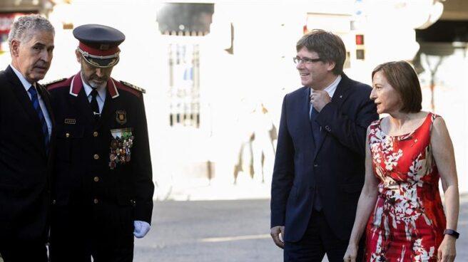 Carlos Puigdemont y la presidenta del 'Parlament', Carme Forcadell, en el homenaje a Rafael Casanova este lunes.