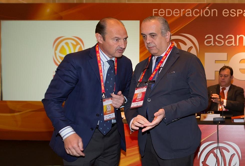 Luis Giménez y José Luis Sáez, en la asamblea de la Federación Española de Baloncesto de 2014.