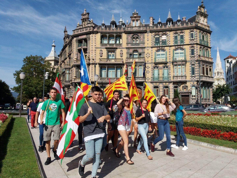 Una veintena de jóvenes se dirige al inicio de la marcha de Ernai en apoyo al 1-O que ha arrancado ante la subdelegación del Gobierno en Vizcaya.