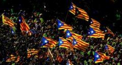 Decenas de miles de catalanes portan banderas en la celebración de la Diada.