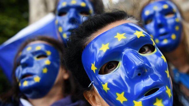 Jóvenes con caretas de la Unión Europea en una manifestación.