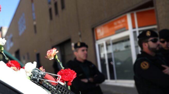 Referéndum 1-O: claveles en el vehículo de la Guardia Civil en el registro de Unipost en Tarrasa.