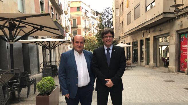 El presidente del PNV, Andoni Ortuzar, y el presidente, Carles Puigdemont, tras la reunión celebrada esta mañana en Girona.