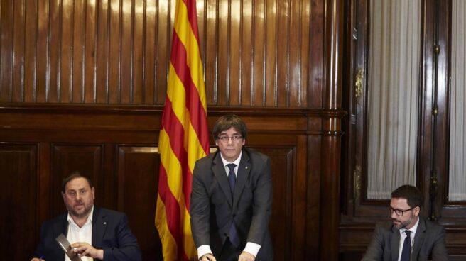 Junqueras y Puigdemont firman la Ley de Referéndum.
