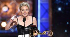Kate McKinnon con su Emmy por Saturday Night Live.