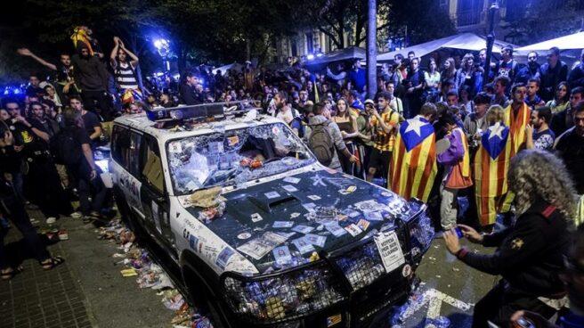 Vehículo de la Guardia Civil destrozado a las puertas de la Consejería de Economía y Hacienda de la Generalitat durante el registro.