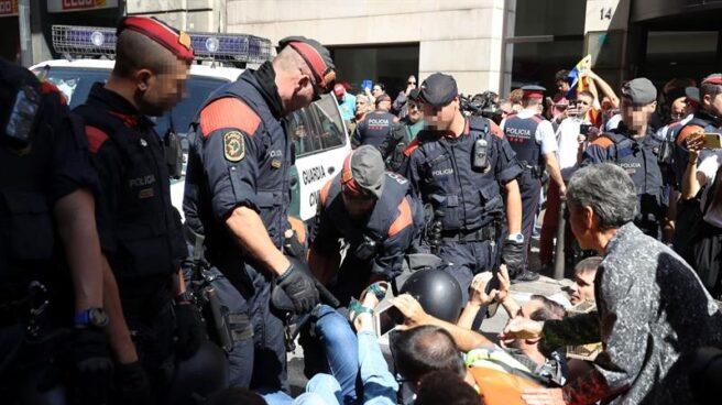 Protestas por los registros de la Guardia Civil por el 1-O en la Rambla Catalunya, donde se encuentra la Consejería de Economía.