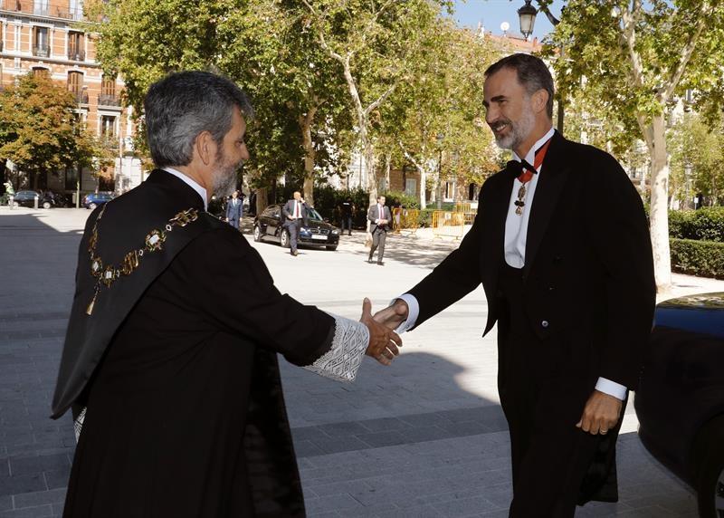 Carlos Lesmes saluda al Rey a su llegada este martes a la sede del Tribunal Supremo para presidir el acto de apertura del Año Judicial.