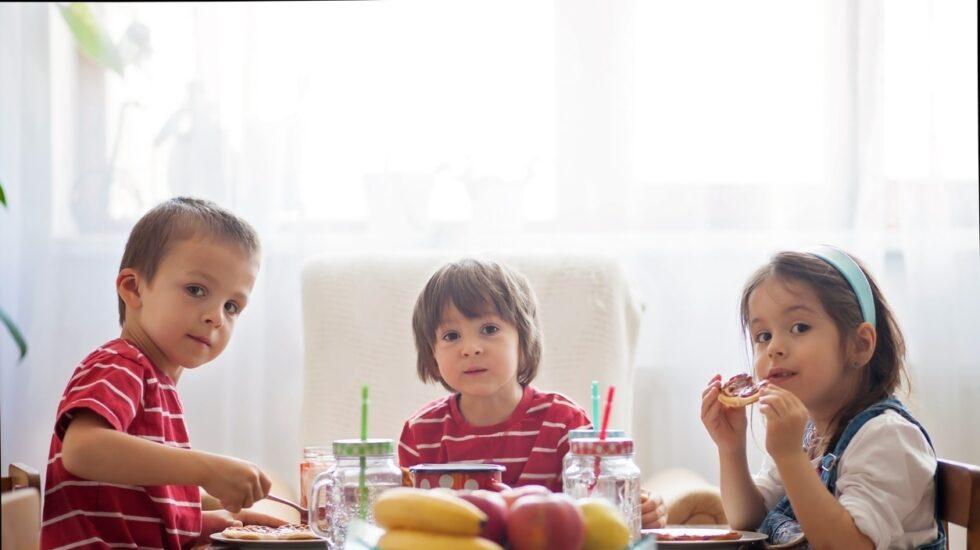 Los niños de hoy toman la mitad de bocadillos que sus padres.
