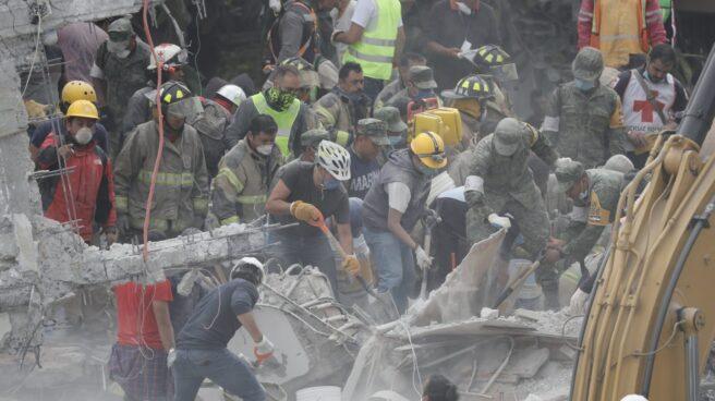 Labores de desescombro en México D. F. tras el terremoto.