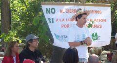 El activista medioambiental Juan Clavero, en una acción de protesta en defensa del uso público de las vías pecuarias.