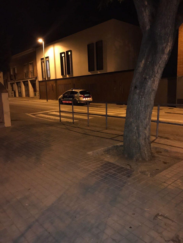 Un coche de los Mossos frente a la casa de Jordi Sànchez.