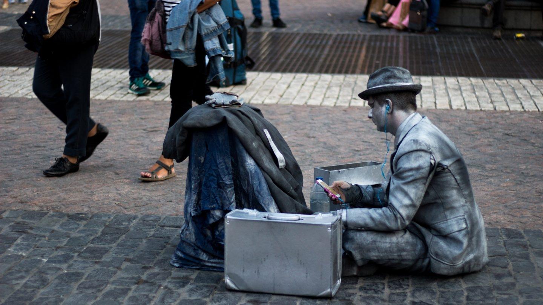 Un artista callejero descansando entre número y número.