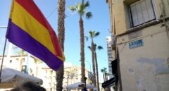 Una bandera republicana ondea frente a la calle de la División Azul.