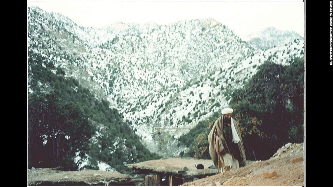 Bin Laden pasea en Tora Bora