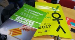 Los dos tipos de carteles pro referéndum 1-O intervenidos por la Guardia Civil.