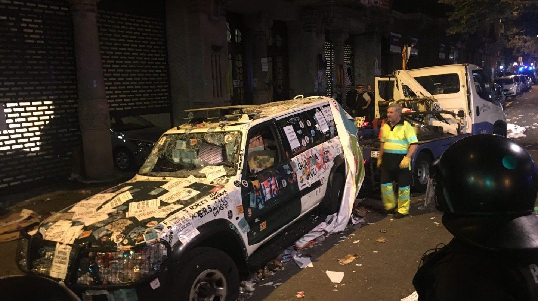 Uno de los coches de la Guardia Civil asaltados el pasado miércoles durante el registro de la Conselleria de Economía.