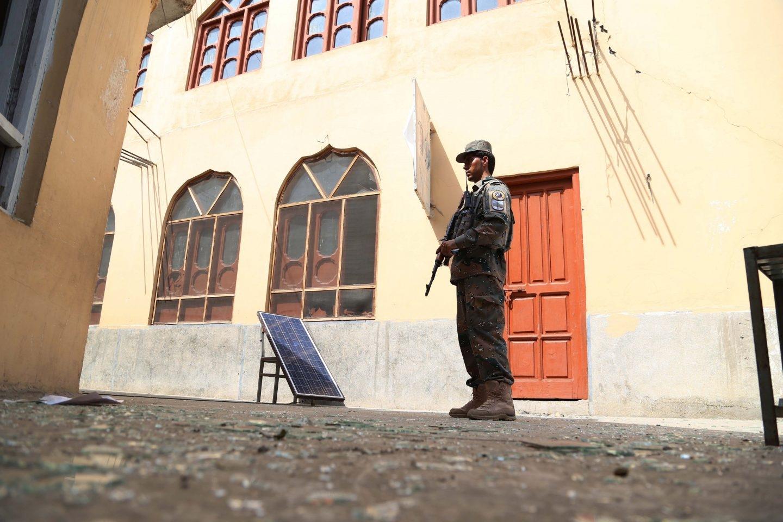 Un soldado, junto a un edificio bombardeado en Jalalabad, Afganistán.