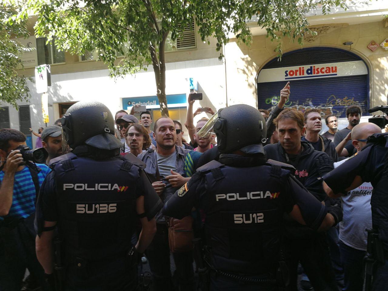 Manifestación frente a la sede de la CUP, con el ex diputado David Fernández.