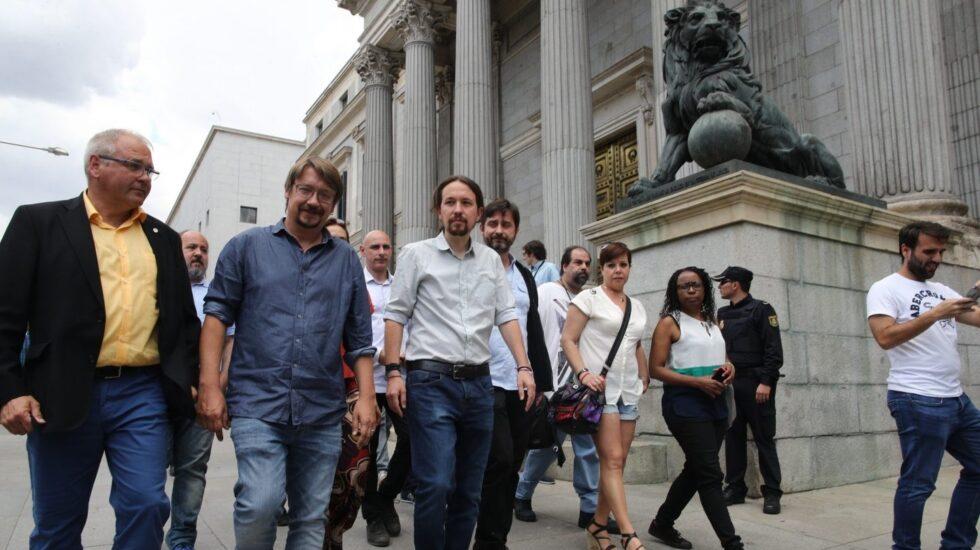 Pablo Iglesias y Xavi Domènech, a las puertas del Congreso de los Diputados.