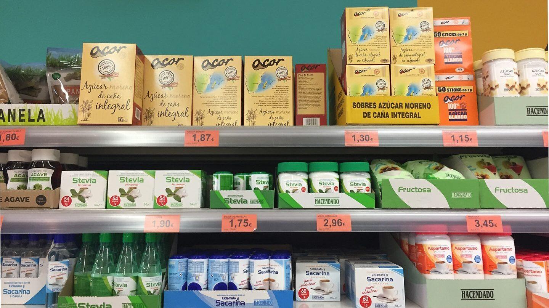 Estante de azúcares y edulcorantes en un supermercado