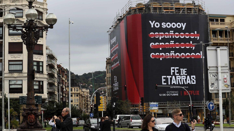 Cartel de la película Fe de etarras, producida por Netflix, en una fachada de San Sebastián.