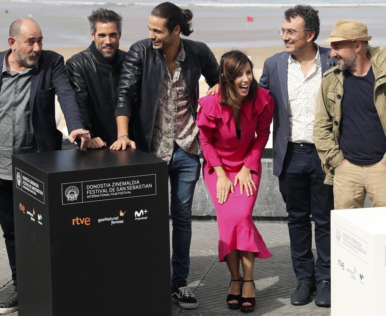 """Los actores de """"Operación concha"""" Karra Elejalde, Unax Ugalde, Alosian Vivancos, Ramón Agirre y Bárbara Goenaga, durante la presentación de su película en la 65 edición del Festival Internacional de Cine de San Sebastián."""