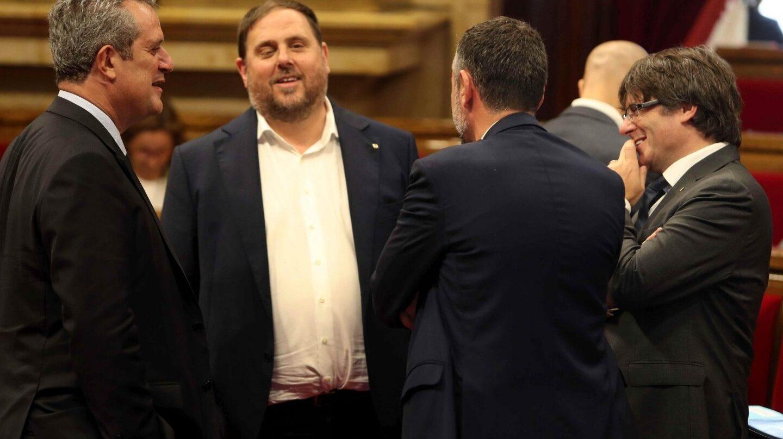 Joaquim Forn, junto a Oriol Junqueras y Carles Puigdemont en el Parlamento de Cataluña.