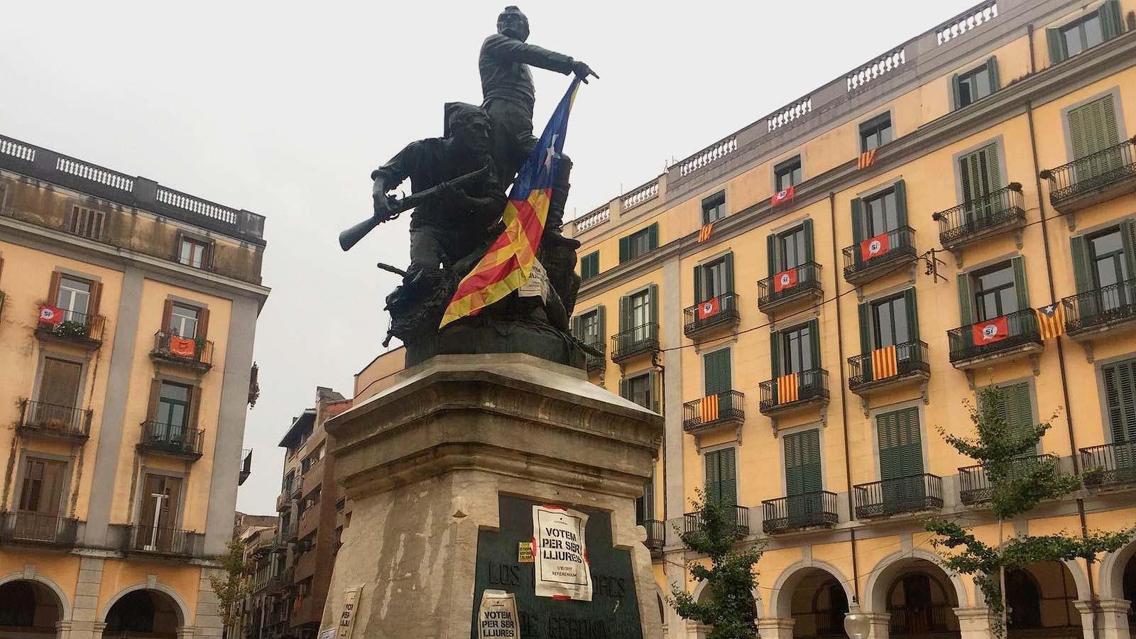 Una estatua adornada con una bandera estelada, en Girona.