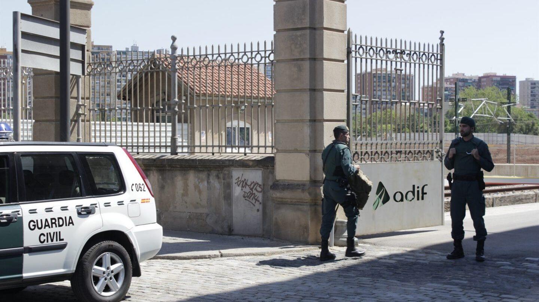 Imagen de archivo de un guardia civil custodiando instalaciones de Adif en Barcelona.