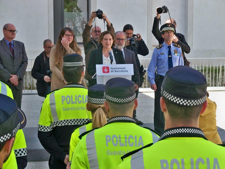 La alcaldesa de Barcelona, Ada Colau, junto a agentes de la Guardia Urbana.